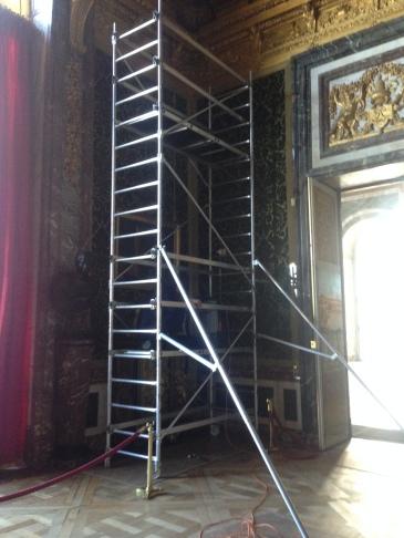 Montage de l'échafaudage pour accéder aux œuvres en hauteur du Salon de l'Abondance