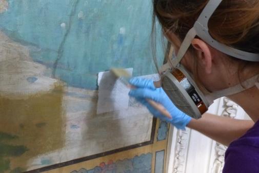 Nettoyage du vernis par application de compresses imprégnées de solvants, dont la composition a été affinée lors de la phase préalable de tests