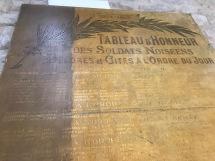 noms de soldats à la peinture dorée, vus en contreplongée