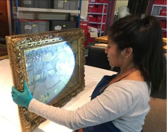 """Fleur Foucher, conservatrice-restauratrice peintures étudiant """"La Belle au Crépuscule"""" de Maurice Denis"""