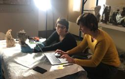 Manon Joubert et Aline Raux conservatrices-restauratrices des œuvres sculptées